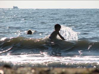 Мальчик в волнах