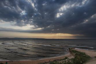 Закат на пляже возле спуска